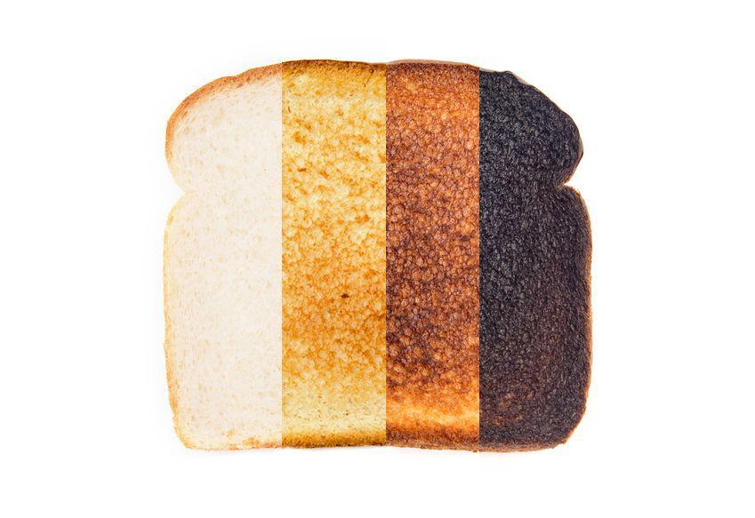 Príklad praženia na sendviči: Pravá najtmavšia časť (čierna) obsahuje najviac akrylamidu